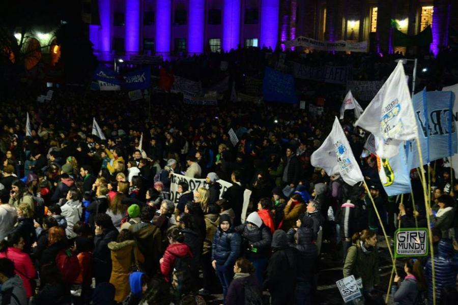 30 mil personas en Casa de Gobierno defendiendo la Educ. Pública.